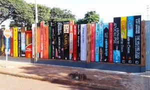 muro-feito-de-livro-colegio-do-parana